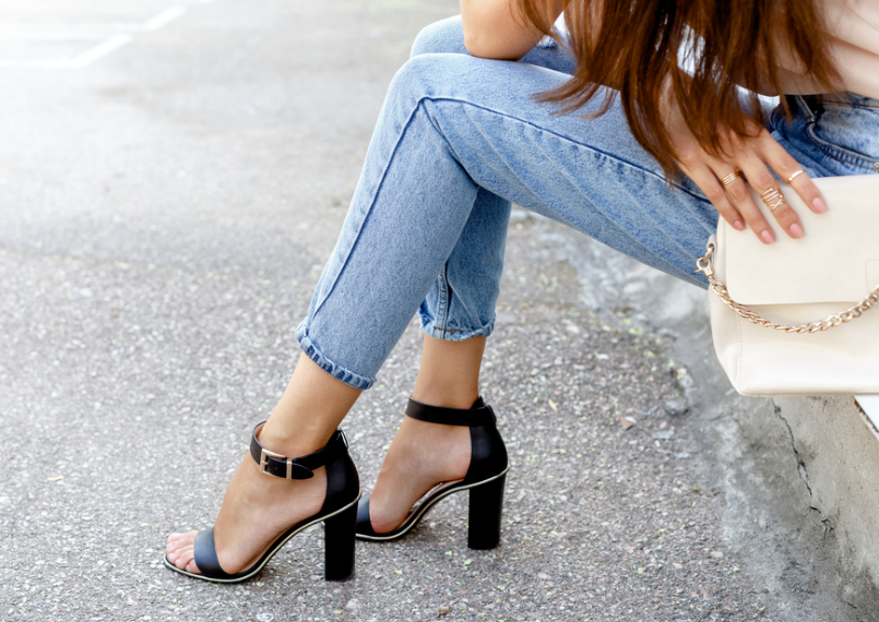 How To Wear High Waisted Jeans: Flattering Outfit Ideas For Wearing High-Rise Denim